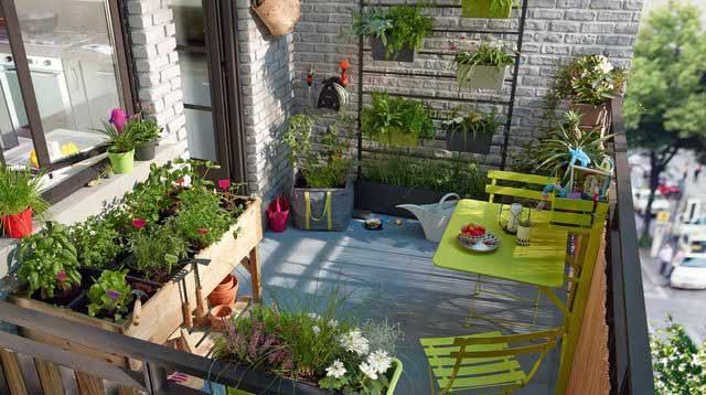 huerto en terraza con mesa cultivo y macetas