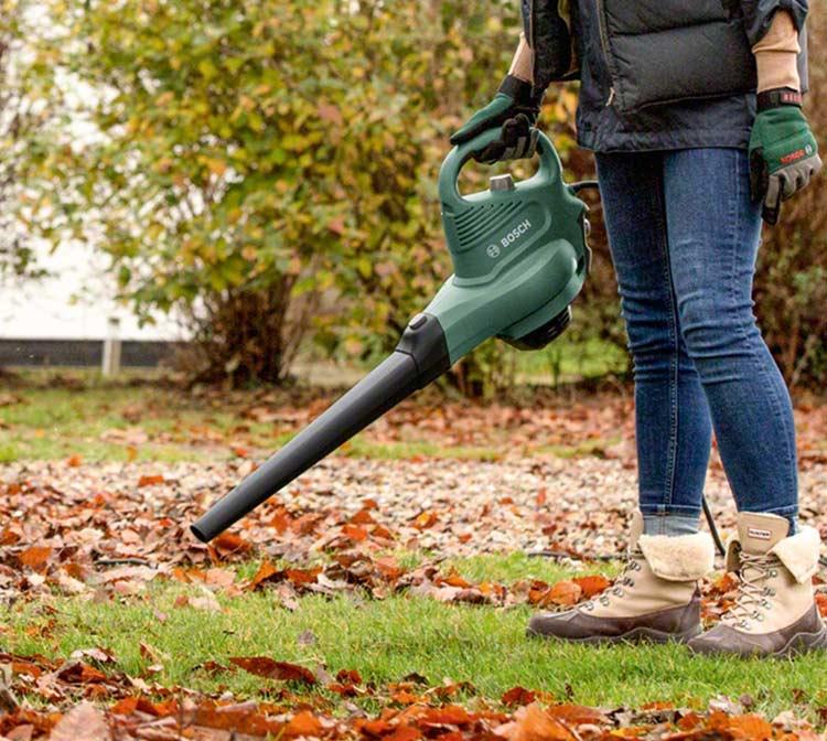 Como usar un soplador de hojas