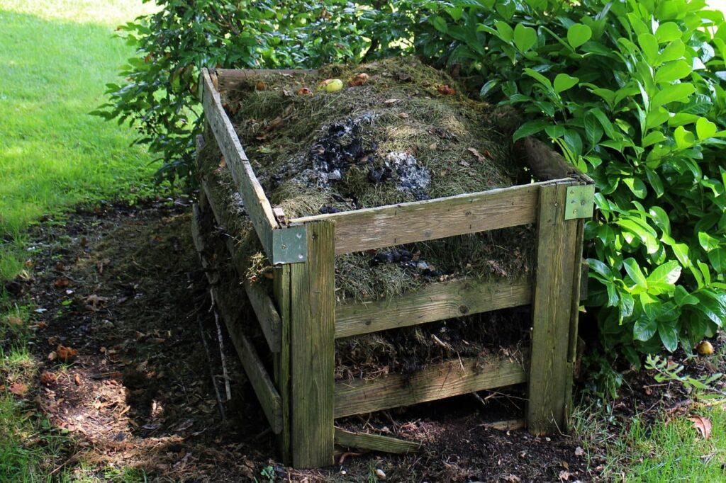 compostador en el jardín