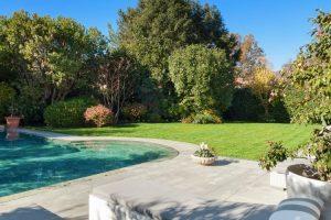 Jardines con piscina. 5 claves para integrar una piscina en tu jardín.